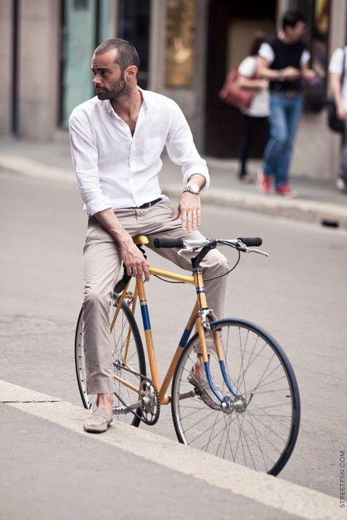 Kenakan kemeja tipis & celana bahan yang nyaman
