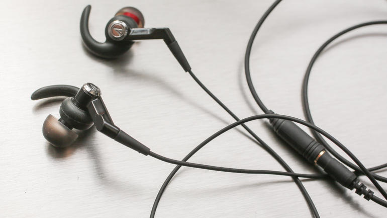 Audio-Technica_CKP500_sports_in-ear_headphones_35734682_02