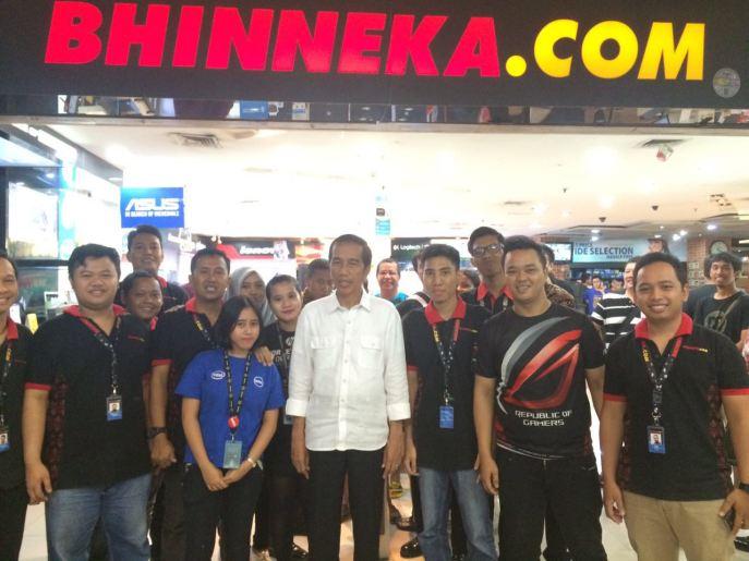 Jokowi dan para staf Store Bhinneka.Com di Mangga Dua Mall melakukan foto bersama