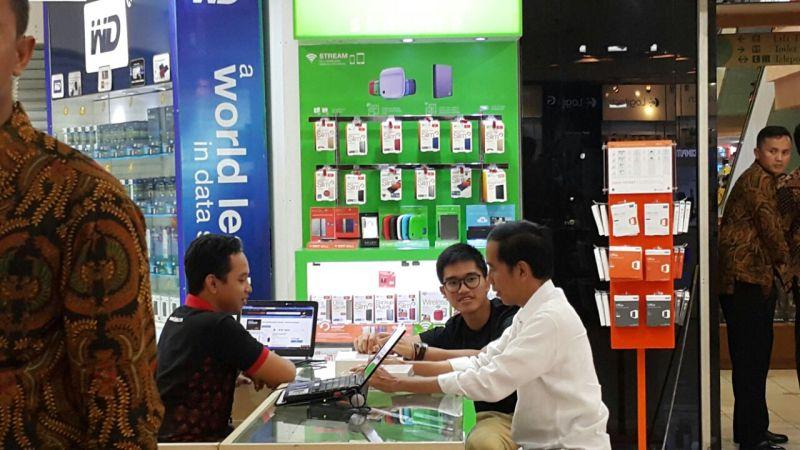 Jokowi dan anaknya, Kaesang Pangarep sedang mengobrol dengan salah satu staf Store Bhinneka.Com di Mangga Dua Mall
